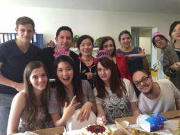 Öğretmenler ile öğrencilerimiz kek ve pizzanın keyfini çıkarıyor