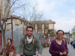 Chengde sokaklarında bisiklet sürmek