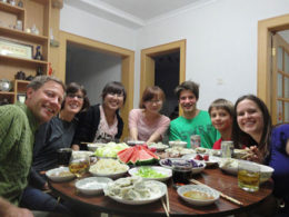 Çinli evsahibi aile ile akşam yemeği