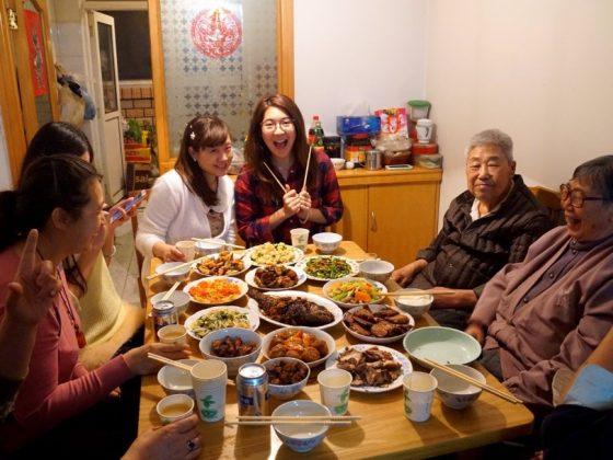 Geniş aile ile akşam yemeği