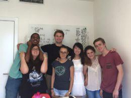 Sofia öğrencilerine Çince öğretiyor