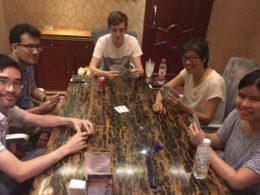 Chengde'de yerlilerle kart oynayın