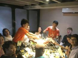 Şanghay'da öğrenciler ile öğretmenlerimizin ortak yemeği