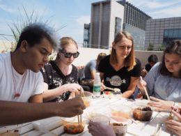 Jean Paul, Katherine, Anna and Cristina çatıda öğle yemeği yiyor