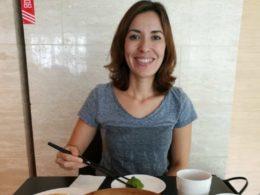 Nadia Şanghay'ın yerel yemeklerin tadına bakıyor