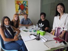 Lucy öğretmen ile küçük Çince Dil Kursu grubu