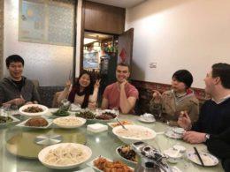 Öğrenciler ile öğretmenler hep beraber akşam yemeği yiyor