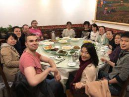 Öğrenciler, öğretmenler ve personel akşam yemeğinde